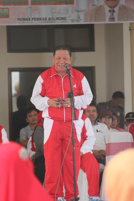 Bupati Bolmong Nixon Watung saat melaksanakan upacara Hari Olahraga Nasional (dok : humas)