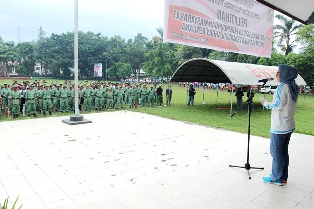 Para Anggota Linmas lingkungan Pemerintah Kota Kotamobagu mendengarkan arahan dari Walikora Ir Tatong Bara