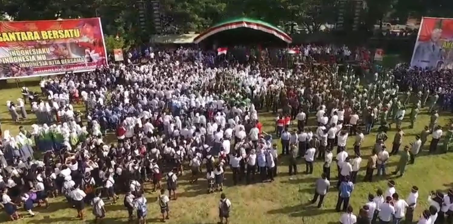 Ribuan massa masyarakat Kotamobagu yang tumpah di Lapangan Boki Hontinimbang dalam Gerakan Cinta NKRI, Nusantara Bersatu (dok : Cipto Korompot/Dishub KK)