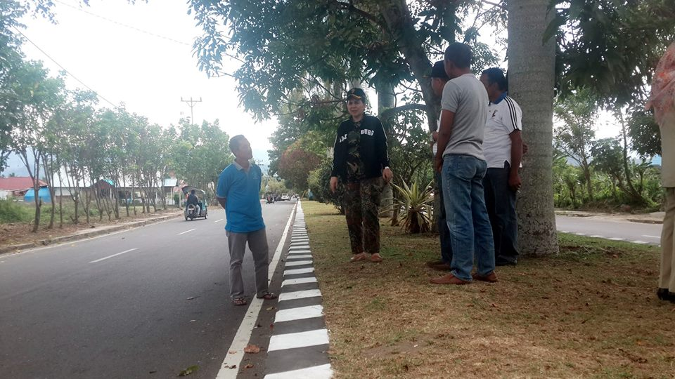 Walikota Kotamobagu Ir Tatong Bara saat meninjau kebersihan kawasan Kotamobagu (dok : BTC)