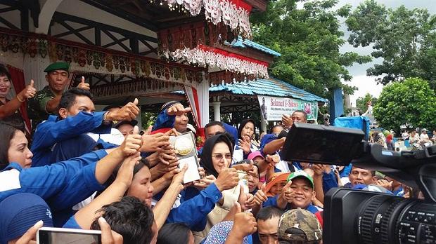 Walikota Kotamobagu Ir Tatong Bara saat memberikan penghargaan bagi petugas kebersihan akan keberhasilan Kota Kotamobagu meraih Adipura (dok pbm)