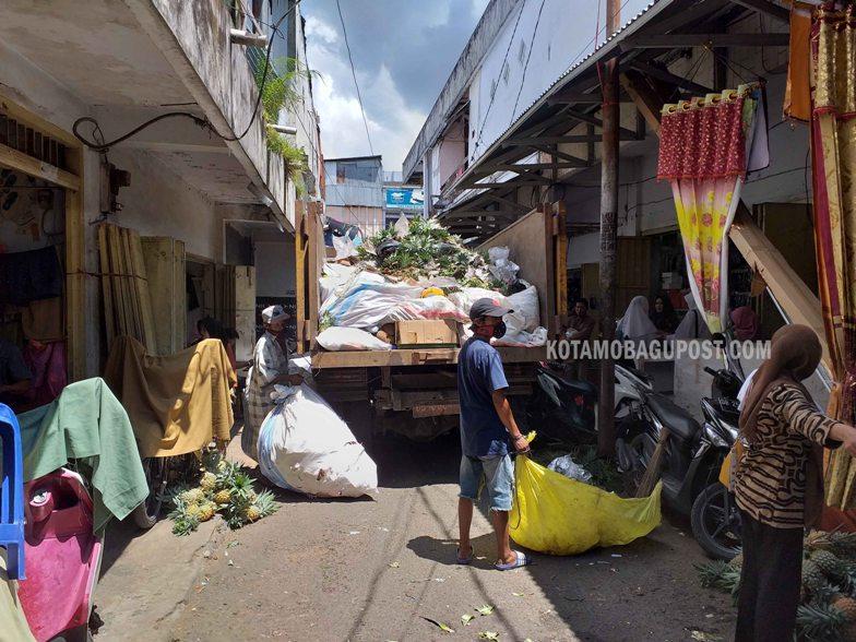 Mobil Truck pengangkut sampah milik Dinas Lingkungan Hidup sudah hampir sebulan absen mengangkut sampah milik warga yang tinggal di lorong