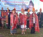 Walikota Tatong Bara dan Adnan Masinae, disematkan Kain Ulos Mangulosi oleh Rukun Batak