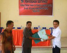 Wakil Bupati Boltim Serahkan 226 Sertifikat Tanah Gratis