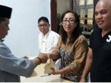 Ketua KPU Kotamobagu Serahkan Dokumen Perbaikan Kepada dua Bapaslon Walikota/Wakil Walikota