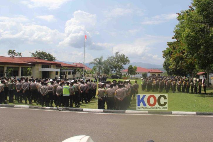 Kapolres Bolmong AKBP William Simanjuntak saat memimpin Apel Pengamanan Pilkada di halaman Mako Polres Bolmong. (dok : KOC)