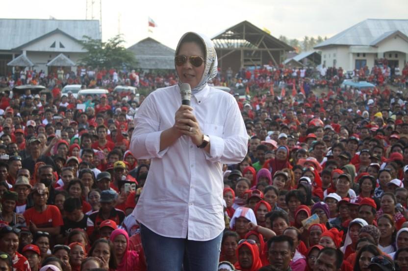 Ketua DPW PAN Sulut Ir Tatong Bara saat melakukan Orasi politik dipanggung milik pasangan Calon Bupati dan Wakil Bupati yang diusung oleh PDIP saat Kampanye Pilkada Boltim