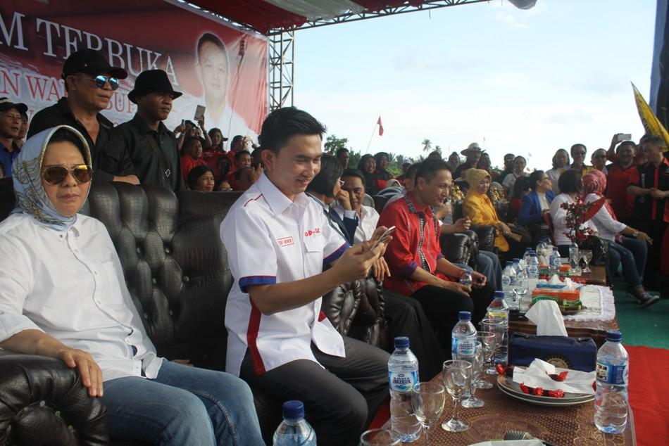 Ketua DPW PAN Sulut Tatong Bara yang duduk di hadapan puluhan ribu simpatisan PDIP saat kampanye Calon Bupati dan Wakil Bupati yang diusung PDIP pada Pilkada Boltim