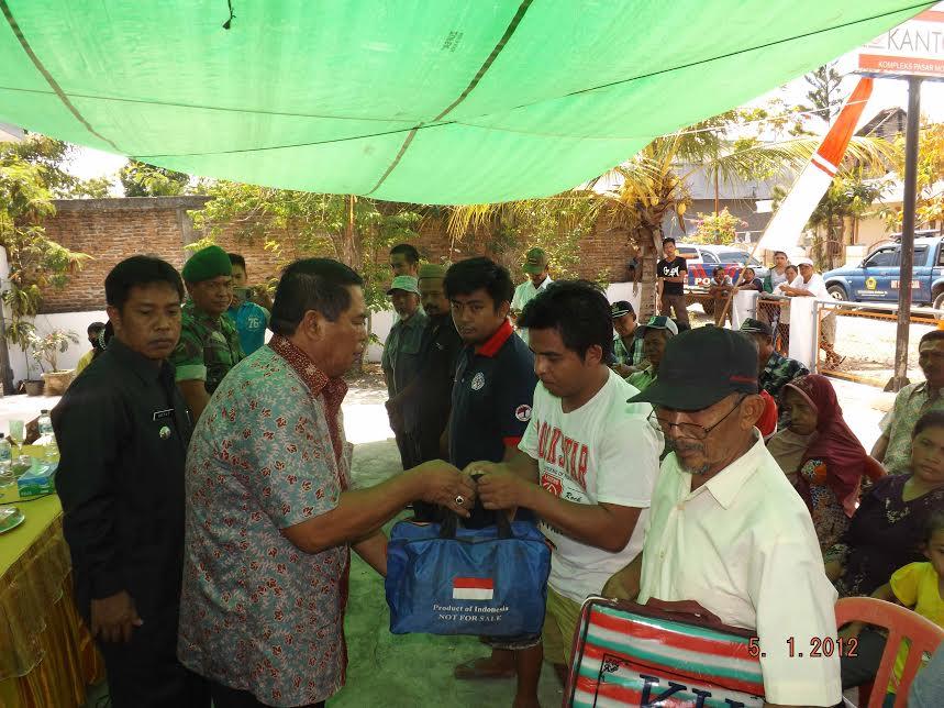 Bupati Bolmong Salihi Mokodongan saat memberikan santunan korban kebakaran di Desa Mophuya.