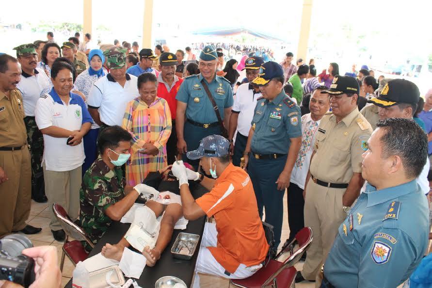 Bupati Bolmong Salihi Mokodongan bersama Danlantamal VIII , Laksamana Pertama Manahan Simorangkir SE Msc dan jajaran TNI AL saat melasanakan Bhakti Sosial.