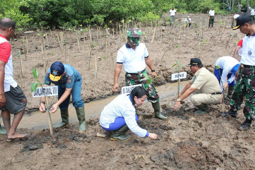Bupati Salihi Mokodongan bersama Danlantamal VIII , Laksamana Pertama Manahan Simorangkir SE Msc melaksanakan kegiatan penanaman pohon