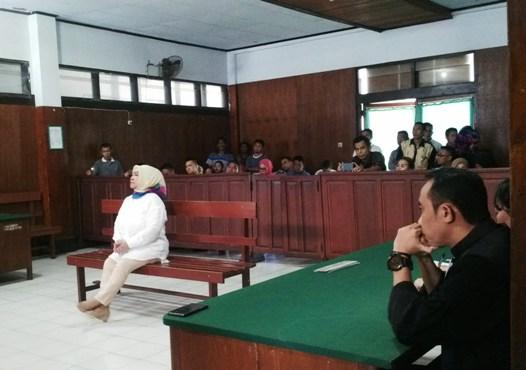 MMS Pemegang Gelar Adat Tertinggi Tanah Totabuan saat menjalani dakwaan JPU dalam sidang di Pengadilan Tipikor manado (dok : radarbolmongonline)