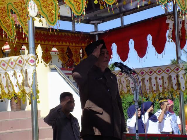Peringatan Harkitnas Ke-108 Tahun melalui upacara di halaman sekretariat daerah Bolmong. Tampak peserta upacara tengah mendengarkan sambutan Menteri Kominfo Ri yang dibacakan oleh Bupati Bolmong Salihi Mokodongan