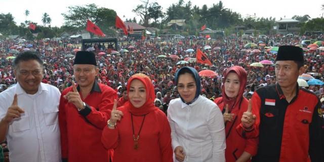 Tatong Bara yang sukses jadi Walikota dari Partai PAN, tampak berdiri diatas panggung kampanye PDIP. dok istimewa.