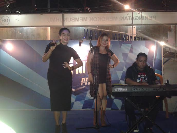 Olive Brenda dan Gladies Ayu saat menghentak pengunjung Kopi Korot pada event Unity Pistop oleh managemen UMILD (dok : wandy Rotu)