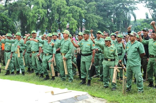 Anggota Linmas Pemerintah Kota Kotamobagu saat melaksanakan pelatihan di Lapangan Boki Hontinimbang Kotamobagu
