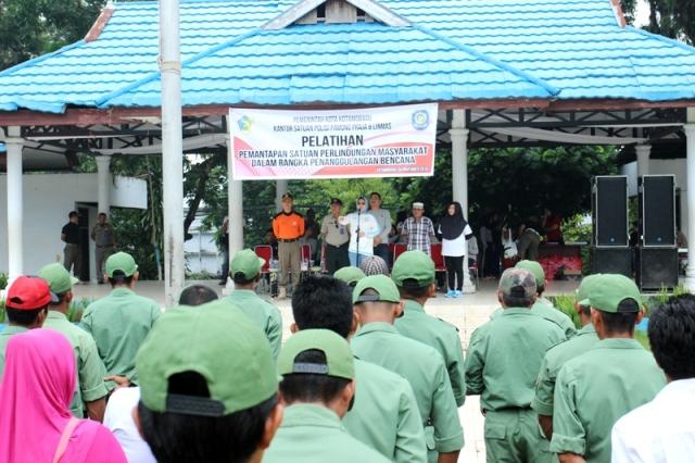Walikota Ir Tatong Bara saat menyampaikan sambutan pada pelatihan anggota Linmas Kotamobagu dibidang penanggulangan bencana