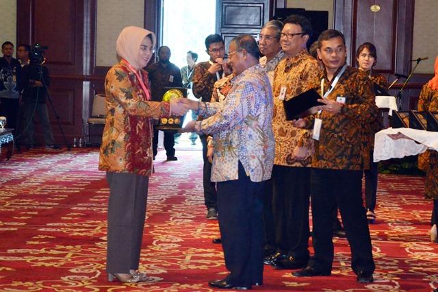 Walikota Tatong Bara Terima AnugerahDana Rakca 2016