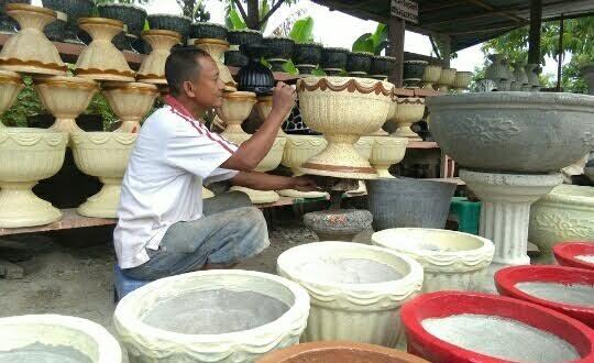 Melirik Industri Kerajinan Tangan Pot Bunga di Kota Kotamobagu