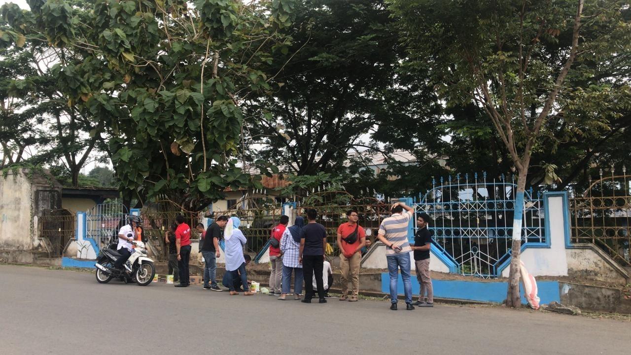 Hebat!!! ASN Diskominfo Kotamobagu Kerja Bhakti Mengecet Pagar Stadion Gelora Ambang