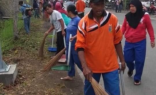 Lurah Mongkonai Barat Pimpin Warganya Bersihkan Lingkungan