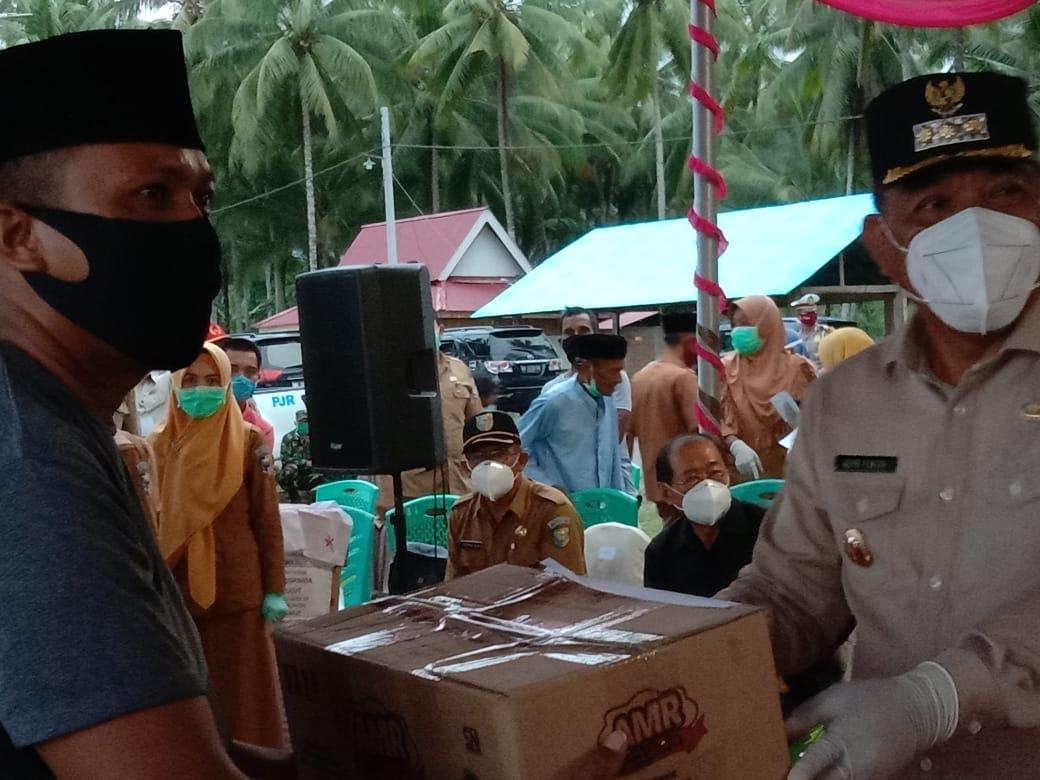 Bhakti Sosial Pejabat Forkompimda Sulut di Pantai Pinagut Kabupaten Bolmut