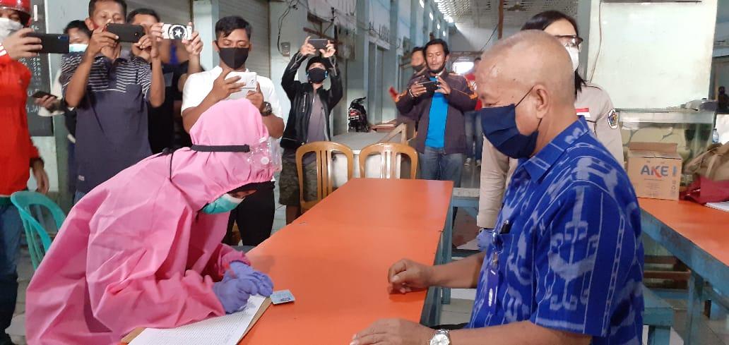 Mantap!! Kadis Perindagkop Herman Aray Ikut Rapid Test Bersama Pedagang Pasar 23 Maret