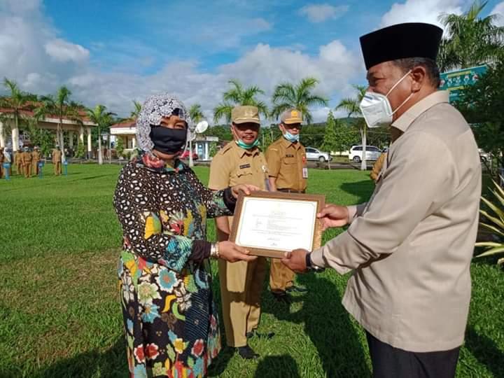 Bupati Depri Pontoh Serahkan SK Pensiun dan Penghargaan Bagi ASN Purna Tugas