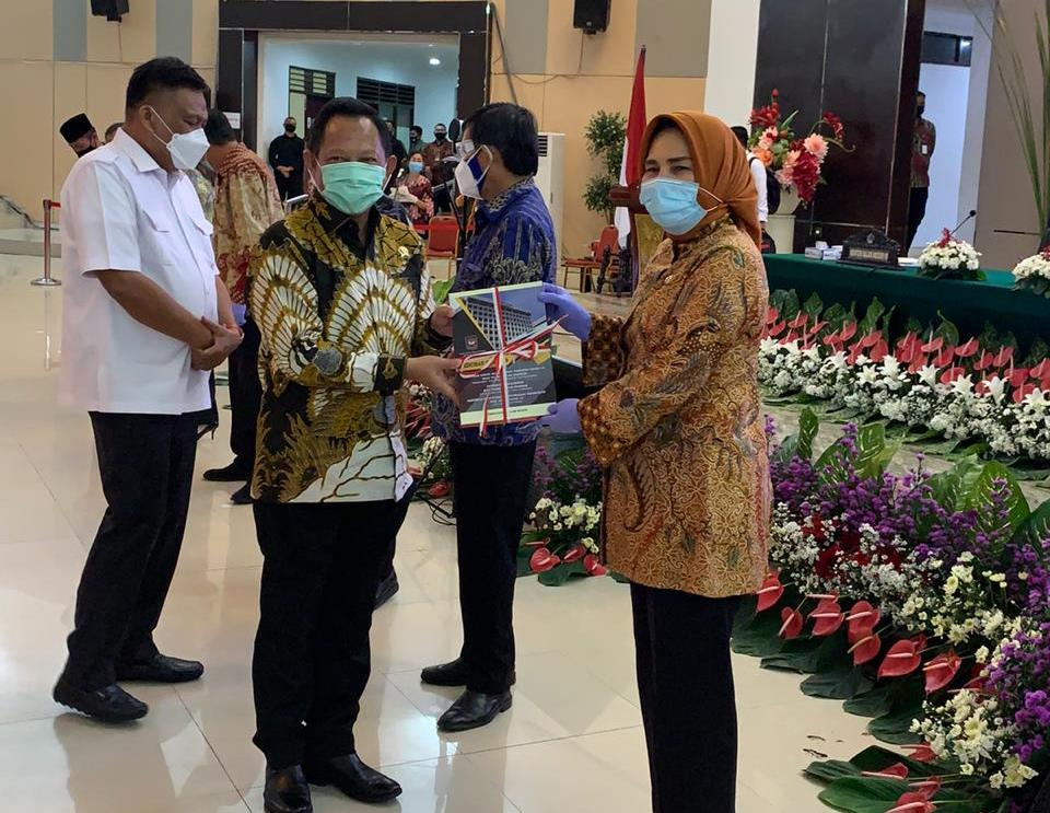 Mendagri Tito Karnavian Serahkan Buku Pedoman Covid 19 Kepada Walikota Kotamobagu