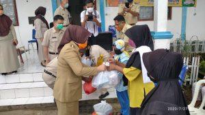 Walikota Tatong Bara Serahkan Bantuan Covid 19 di Kotamobagu Barat dan Timur